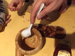 Honig, Pfeffer und gemahlene Mandeln kommen in Datteln